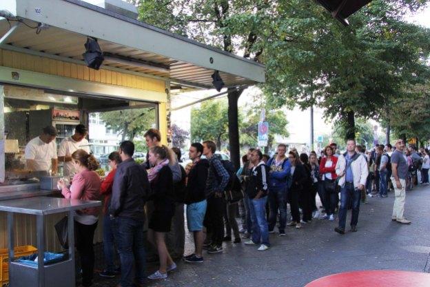 The-queue-at-Mustafas-Gemüse-Kebap-in-Berlin-002